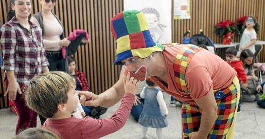 Piruleto interactúa con un niño durante su actuación, ayer en Palacio de Congresos de Ibiza.