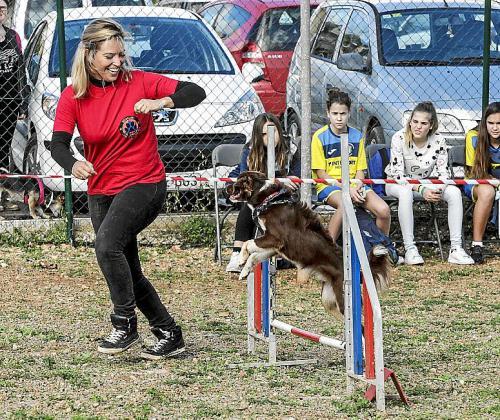 Un perro con su entrenadora.