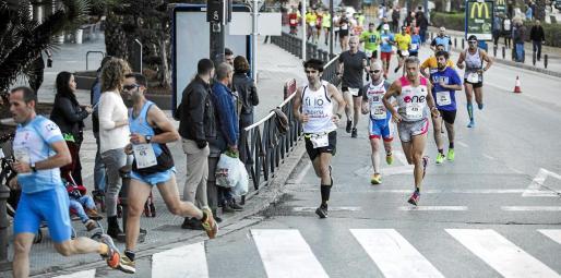 Un grupo de corredores de la prueba absoluta de 10 kilómetros pasa por un tramo del circuito.