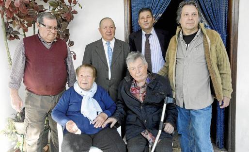 Catalina Cardona con sus hijos Pep, Miquel, Vicent, Xicu y Joan, ayer en Ses Païses.