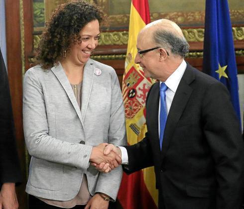 La consellera d'Hisenda, Catalina Cladera, en una reunión con el ministro Cristóbal Montoro.