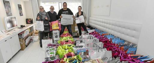 Alba Pau, impulsora de la iniciativa, Jesús Rumbo, presentador de la fiesta, y Toñi Cardona, vicepresidenta de Apneef, ayer preparando los regalos de la fiesta. Foto: DANIEL ESPINOSA
