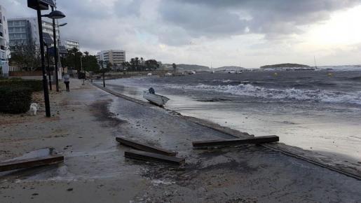 Algunas embarcaciones han aparecido varadas en las playas a causa del temporal de viento y el fuerte oleaje. Foto: PERIÓDICO DE IBIZA Y FORMENTERA