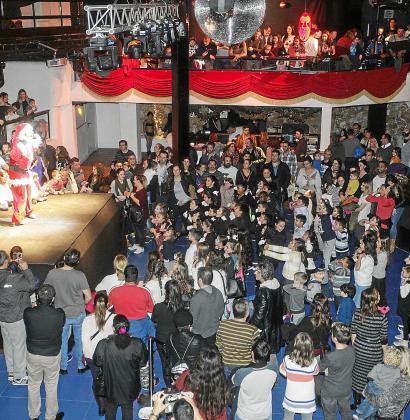 La discoteca Pacha registró ayer tarde un lleno absoluto en la fiesta de Navidad para Apneef.