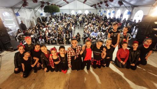 La carpa de Sant Antoni se llenó ayer de público para ver las actuaciones de la VIII Jornada Solidaria en beneficio de Aspanob.