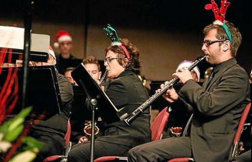 Los músicos de la Simfònica lucieron tocados navideños durante su actuación de ayer en Can Ventosa.