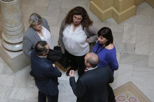 Francina Armengol, en el Parlament, conversando con portavoces y cargos.