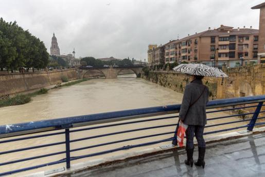Imagen del río Segura, a su paso por la capital murciana. La región está siendo azotada por fuertes lluvias desde el pasado viernes.
