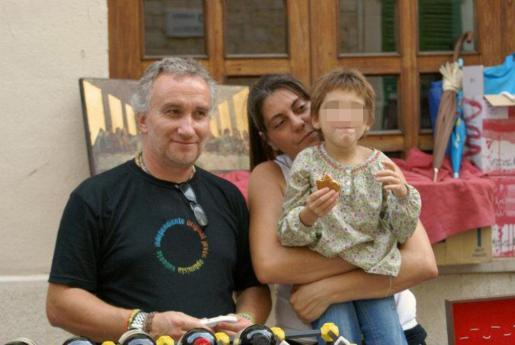En la imagen, Nadia junto a sus padres en un mercadillo para recaudar fondos para supuestos tratamientos para la menor.