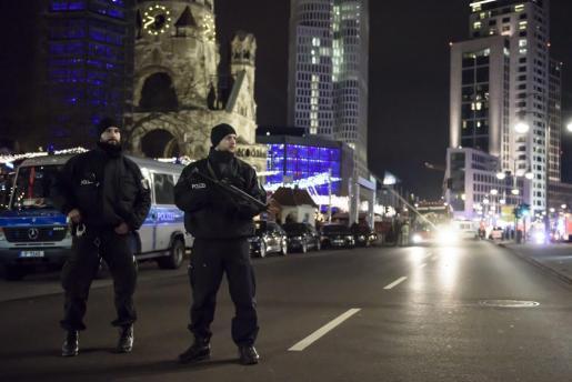 Dos policías hacen guardia en la zona del atropello.