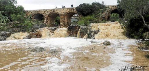 Imagen del río de Santa Eulària, con un caudal inusual que despertó la curiosidad de muchos vecinos. Fotos: DANIEL ESPINOSA
