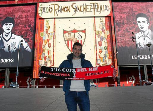 Titi posa con la bufanda conmemorativa del partido Sevilla-Formentera. Foto: T. S. V.