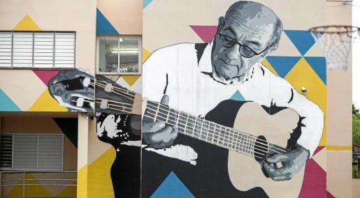 El mural con la imagen del cantante en el colegio de Cas Serres de Ibiza.