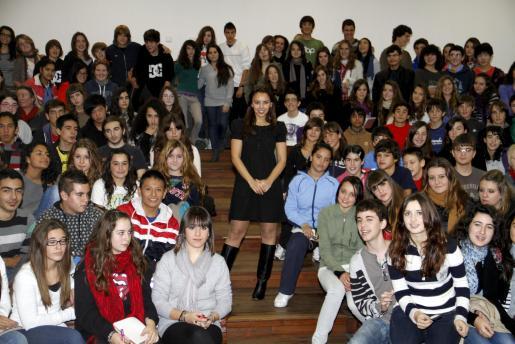 Chenoa junto a algunos de los alumnos.