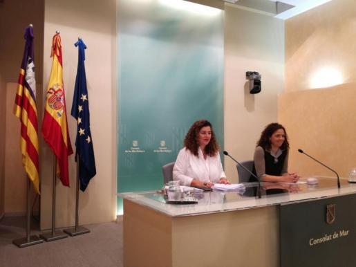 La portavoz del ejecutivo, Pilar Costa, (izquierda), y la consellera de Hacienda, Catalina Cladera, durante la rueda de prensa posterior al Consell de Govern.