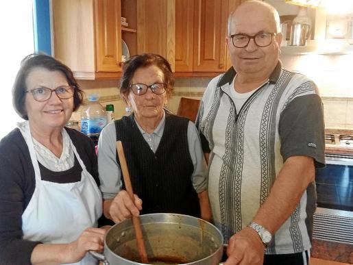 Rita, Na Catalina y Pep posan orgullosos con su Salsa de Nadal al final de una intensa jornada de trabajo.