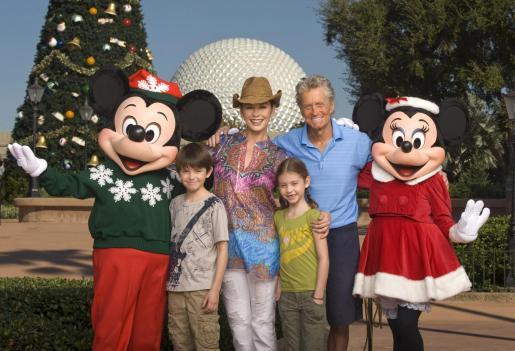La actriz Catherine Zeta-Jones (i) y su esposo el actor Michael Douglas (d), acompañados de sus hijos Dylan, de 10 años, y Carys, de 7 años, posan para una fotografía con los personajes de Mickey Mouse y Minnie hoy, miércoles 24 de noviembre 2010, frente al árbol de navidad de la entrada del parque temático Epcot en Lake Buena Vista, Florida (EEUU). La pareja celebró el pasado 18 de noviembre, el décimo aniversario de su matrimonio.