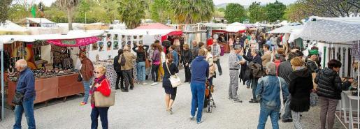 Una imagen de archivo de un sábado por la mañana en el popular Mercadillo de Las Dalias en la carretera de Sant Carles.