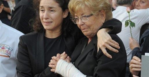 En la imagen, Anita Marx, viuda de Manolo Escobar, junto a su hija Vanesa en el funeral del cantante.