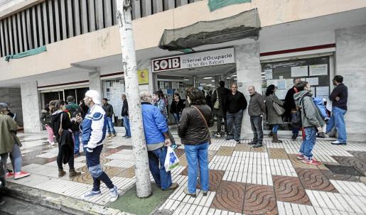 Exterior de la oficina del SOIB en Vila el pasado mes de diciembre.
