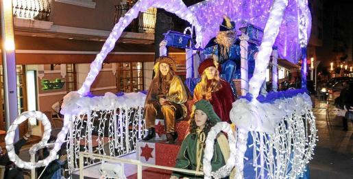 El cartero mágico llegó en carroza y acompañado de tres pajes ayer a Santa Eulària donde le esperaban decenas de niños. g Fotos: DANIEL ESPINOSA