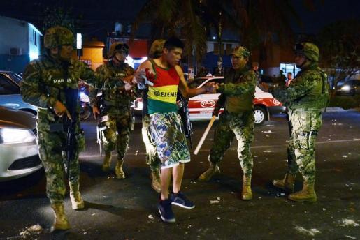 Efectivos de la Marina Armada detienen a personas que saquean tiendas en el puerto de Veracruz (México) este miércoles 4 de enero de 2017, durante los disturbios que han derivado de las protestas por la subida del precio de la gasolina.