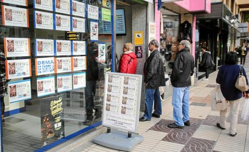 Las administraciones de lotería de Ibiza y Formentera vivieron ayer una jornada ajetreada con las últimas compras de los décimos del sorteo del Niño. g Fotos: TONI ESCOBAR