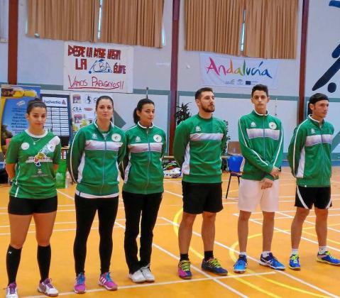 El equipo del Club Bádminton Pitiús, ayer en tierras andaluzas antes del comienzo del partido.