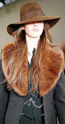 DE DOBLE FAZ: Es el tipo de abrigo en el que las solapas son de otro tejido, material o color distintos al del resto de la prenda. Normalmente de terciopelo, pelo o piel. Le aportan un aire retro y glamuroso a nuestro look.