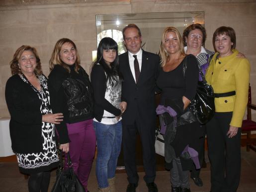 Cati Juan, Antonia Comas de Ferrer, Magda Ferrer y su padre, Miquel Ferrer; Angels Grossi, Margalida Jaume y Margalida Ferrer.