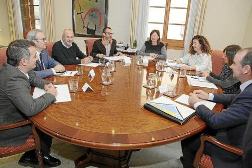 Un instante de la reunión convocada en Palma por Francina Armengol, con la presencia de Vicent Torres y Jaume Ferrer.
