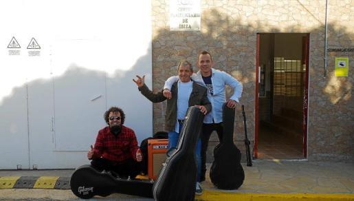 Xavi Cardona, Armando Graça y Jordi Freixedas, en la puerta de la prisión de Ibiza antes de realizar el concierto del pasado sábado. Foto: SOMOSUNO