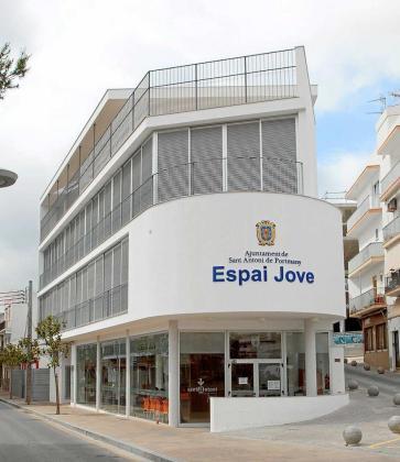Una imagen de archivo del edificio donde se encuentra ubicado el Espai Jove de la localidad de Sant Antoni.