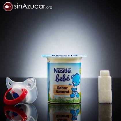 En la imagen, un yogur Nestlé para bebés contiene 9 gramos de azúcar (dos terrones y medio).