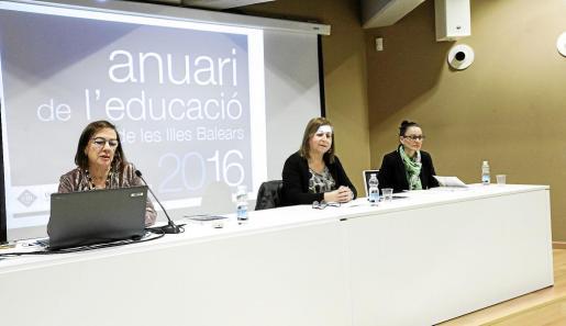 Carmen Orta presentó ayer tarde el Anuario en la sede de la UIB en la antigua Comandancia Militar.