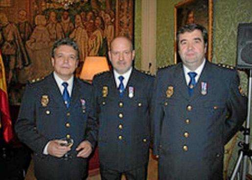 José Manuel Mariscal de Gante (C) durante el acto en el que fue distinguido con la medalla al mérito francés.