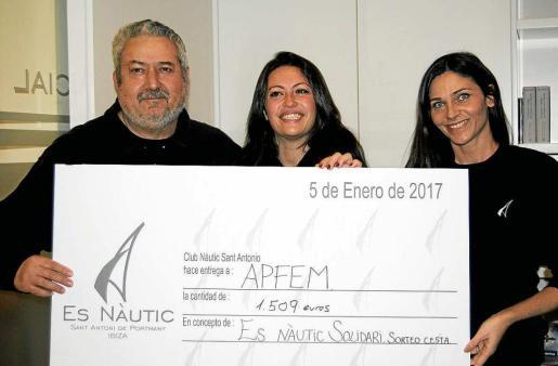 Arriba un momento de la entrega del cheque para la asociación APFEM.