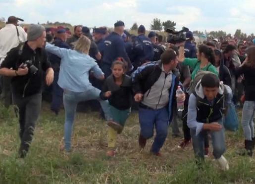 Entre el tumulto, la reportera golpea a una niña que corre.