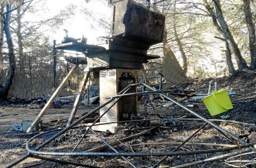 Imagen de los restos de la pequeña autocaravana que resultó totalmente destruida.