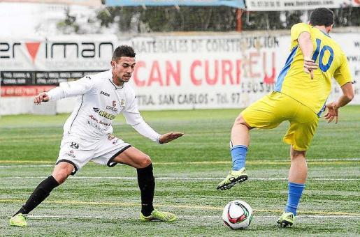 José Luis defiende a un jugador rival durante un partido de su etapa en la Peña Deportiva.