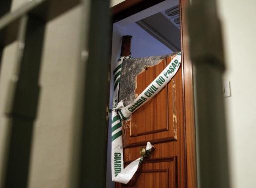 Portal de la vivienda en la que ha sido hallada una niña de tres años con un cuchillo clavado en el tórax.