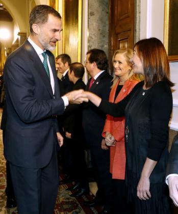 En la imagen, el Rey saludando a la presidenta de Baleares, Francina Armengol, al inicio de la VI Conferencia de Presidentes.