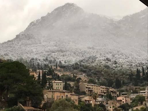 La nevada de este martes ha dejado esta espectacular estampa de Deià.