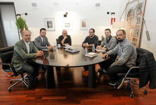 El equipo municipal de Vila encabezados por el alcalde se reunieron ayer en Can Botino con los representantes vecinales. Foto: DANIEL ESPINOSA