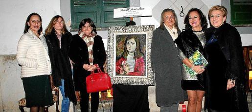 Dolores Moreno, Margarita Mir, Xisca Mir, Magdalena Grúa, María Rosa Salinas y Queta Alzamora, ante una obra de Pau Lluís Fornés.