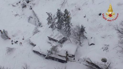 Fotografía aérea facilitada por el departamento de bomberos del hotel Rigopiano, alcanzado por una avalancha previsiblemente producida por alguno de los cuatro terremotos de magnitud superior a los 5 grados registrados en el centro de Italia.