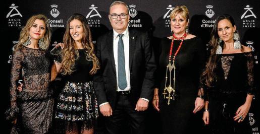 El presidente del Consell d'Eivissa, Vicent Torres, y la vicepresidenta Marta Diaz posan junto a las tres blogueras que han participado como modelos en el catálogo de Adlib.