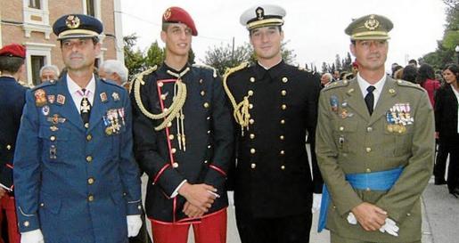 De izquierda a derecha, el coronel Carlos Martínez de Vara de Rey junto a su sobrino, su hijo y su hermano Gerardo.