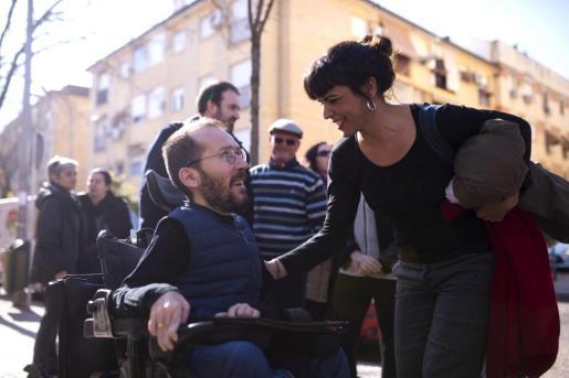La coordinadora de Podemos en Andalucía, Teresa Rodríguez (d), y el secretario de Organización del partido, Pablo Echenique (i).