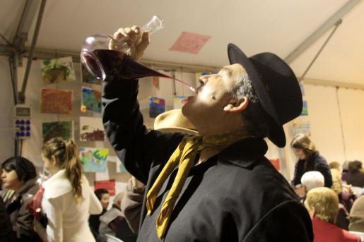No faltó 'vi pagès', que algunos se atrevieron a beber en porrón.